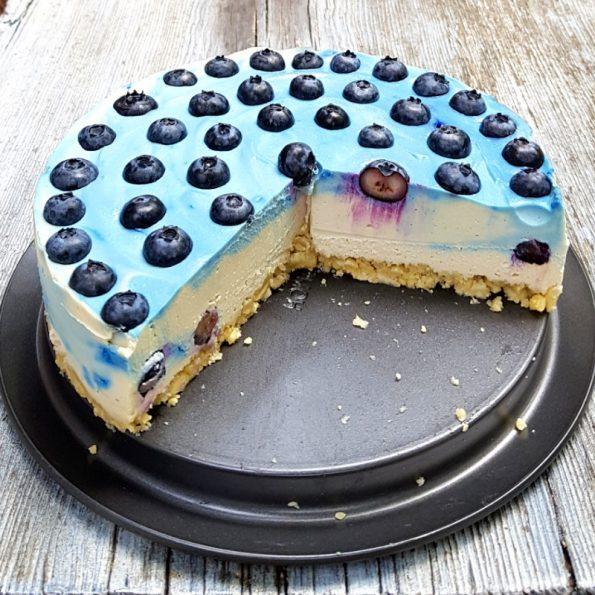Blaue Cashewcremetorte mit Heidelbeeren und einem Hauch Lavendel